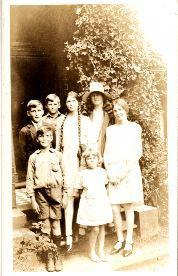 Hillman Elsie with children Robert, Geoffrey, Helen, Kathleen, Bentley and Margaret. Photograph from the Helene B. Huelin (nee Hillman) Collection, sourced from the Hillman family
