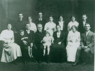 Hoare family 1914, Aubrey Hoare far left back. Photo reproduced with permission C.With